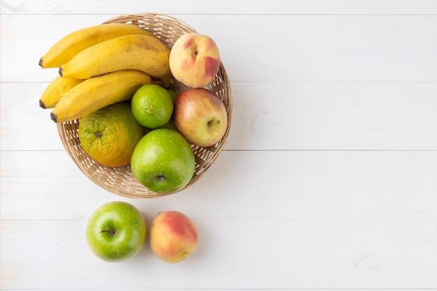 Frutas em uma cesta sobre a mesa