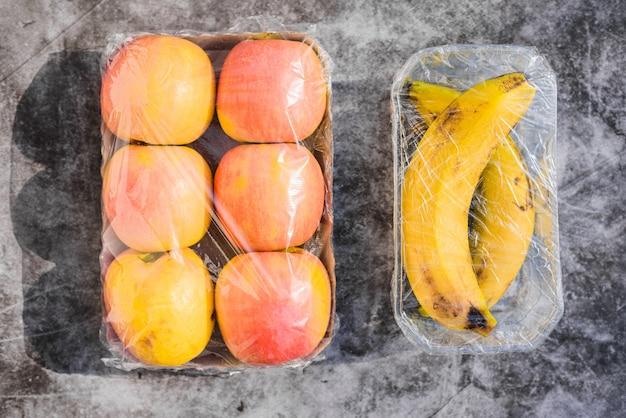 Frutas embrulhadas em plástico desnecessário em um supermercado