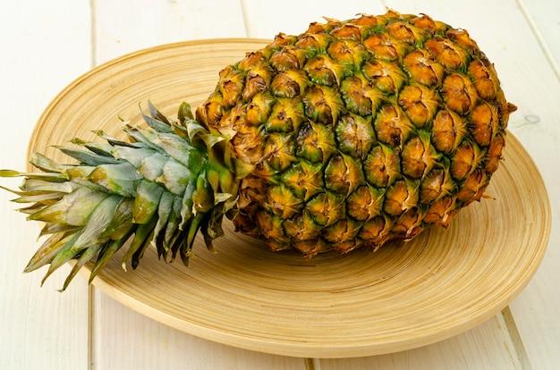 Frutas exóticas. abacaxi maduro doce maduro em fundo de madeira. foto de estúdio