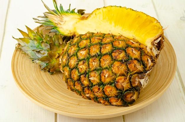 Frutas exóticas. abacaxi maduro doce maduro na madeira.