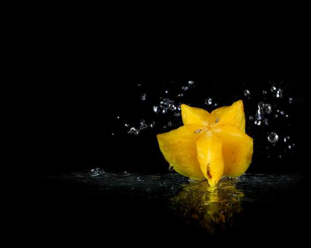 Frutas exóticas da tailândia. carambola caindo na água