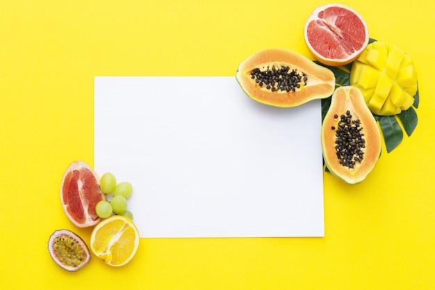 Frutas exóticas de verão frescas com um papel