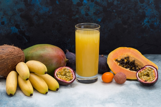 Frutas exóticas e um copo de suco