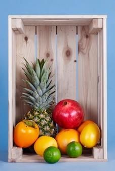 Frutas exóticas em caixote de madeira
