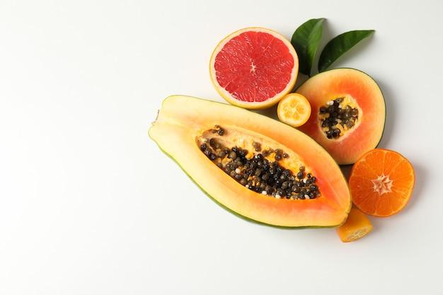 Frutas exóticas em fundo branco, espaço para texto.