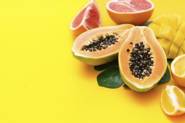 Frutas exóticas frescas de verão em um fundo amarelo