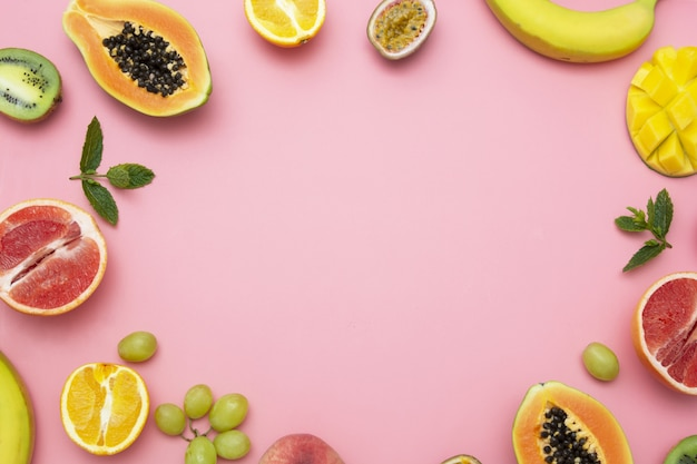 Frutas exóticas frescas de verão em um fundo rosa