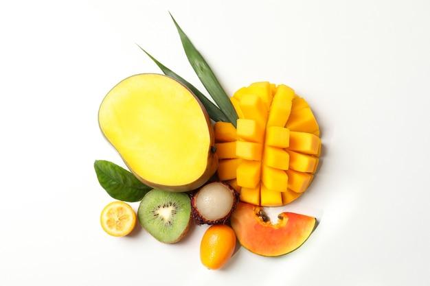 Frutas exóticas maduras e frescas em fundo branco.
