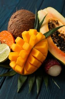 Frutas exóticas maduras frescas em fundo de madeira.