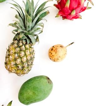 Frutas exóticas: manga, abacaxi, maracujá e fruta do dragão