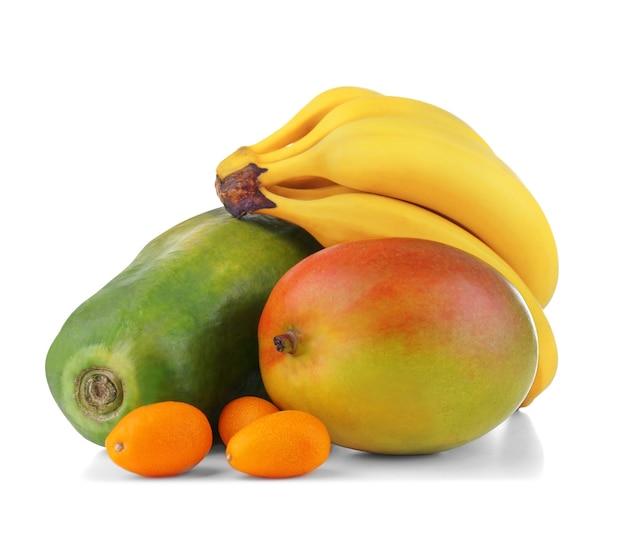 Frutas exóticas: manga, banana, mamão e kumquats isolados no branco