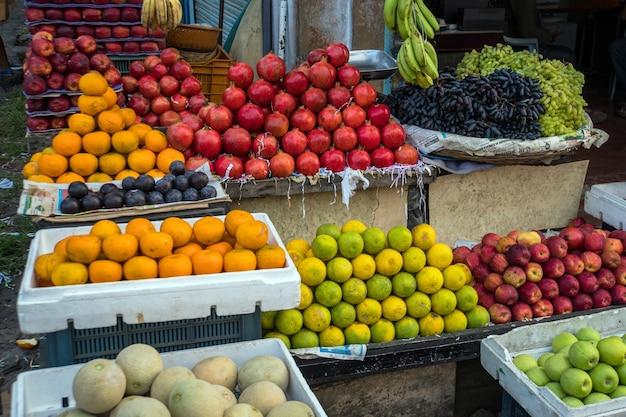 Frutas exóticas no mercado da ásia. mercado de frutas de rua tradicional no sudeste da ásia. diversas frutas na frutaria