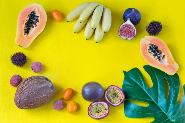Frutas exóticas sortidas e folha de monstera