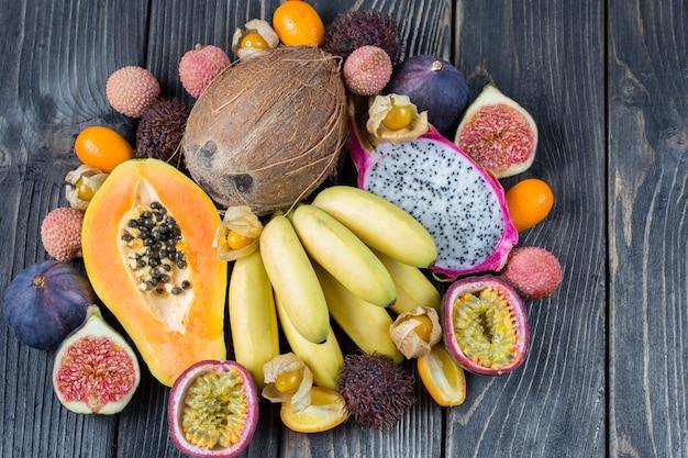Frutas exóticas sortidas na superfície de madeira