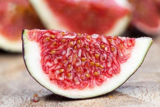 Frutas fatiadas de figos maduros em uma tábua