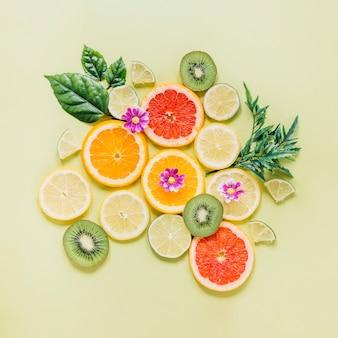 Frutas fatiadas, decoradas com folhas e flores