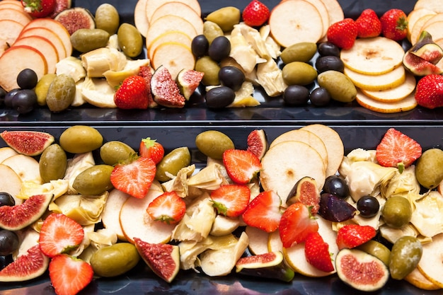 Frutas fatiadas figos morangos peras azeitonas morangos.