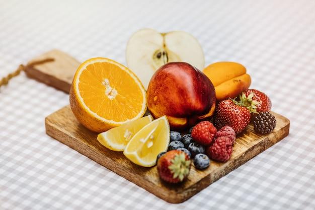 Frutas fatiadas na tábua de madeira