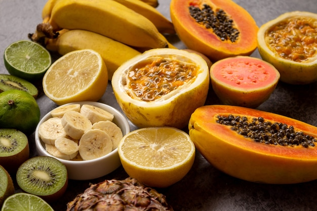 Frutas frescas abacaxi limão mamão goiaba kiwi banana e maracujá foco seletivo