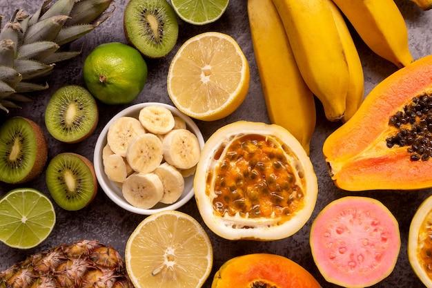 Frutas frescas abacaxi limão mamão goiaba kiwi banana e maracujá vista superior