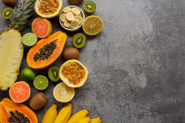 Frutas frescas abacaxi limão mamão goiaba kiwi banana e maracujá