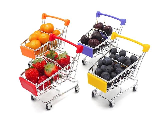 Frutas frescas, cereja, morango, groselha e mirtilo em trole