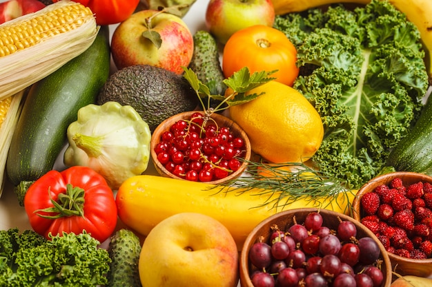 Frutas frescas coloridas, legumes e frutas.