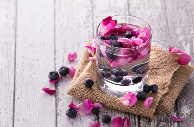 Frutas frescas com sabor de água com infusão de mirtilo e rosa