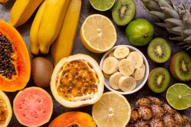 Frutas frescas como abacaxi limão mamão goiaba kiwi banana e maracujá