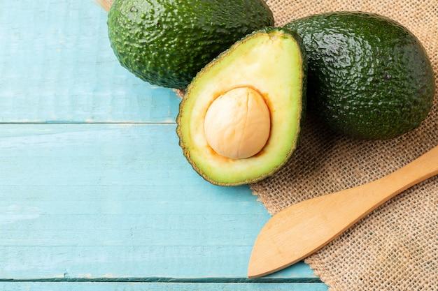 Frutas frescas de abacate isoladas