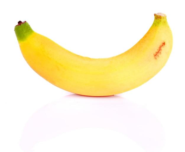 Frutas frescas de banana em fundo branco