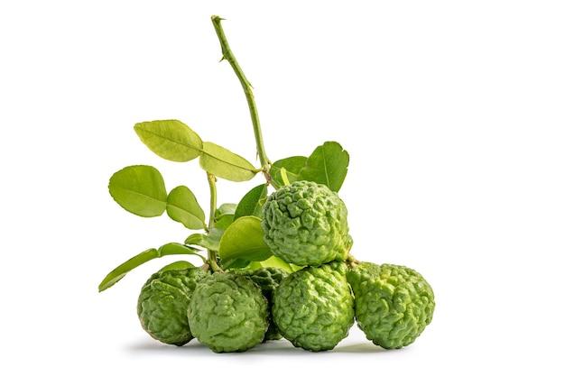 Frutas frescas de bergamota ou limão kaffir com corte ao meio em fundo de madeira.