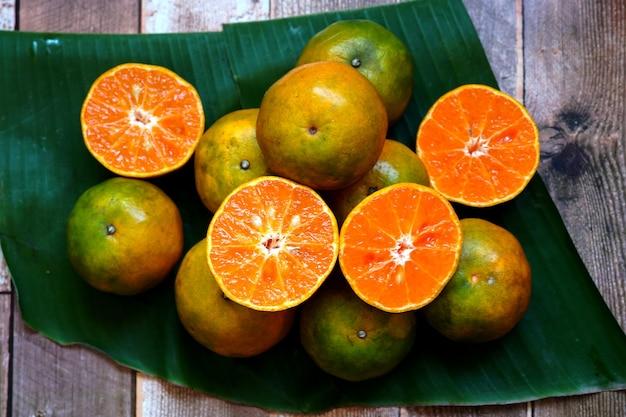 Frutas frescas de laranja em uma mesa de madeira