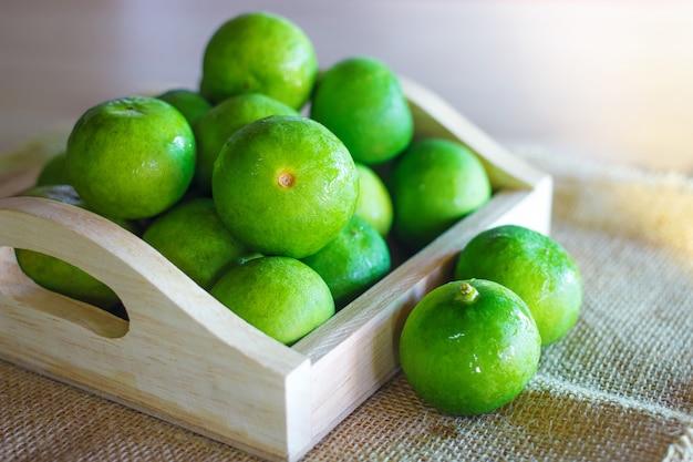 Frutas frescas de limão citrus em caixa de madeira