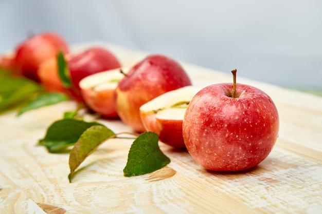Frutas frescas de maçãs maduras vermelhas com folhas
