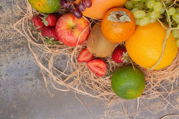 Frutas frescas diferentes na superfície de mármore