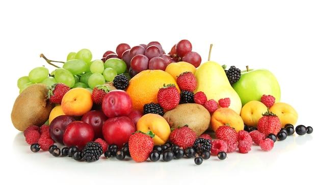 Frutas frescas e bagas isoladas em branco