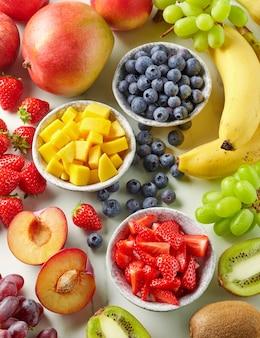Frutas frescas e bagas na mesa da cozinha, vista superior