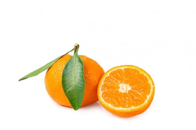 Frutas frescas e brilhantes. tangerinas com folha em um fundo isolado branco.