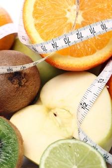 Frutas frescas e fita métrica