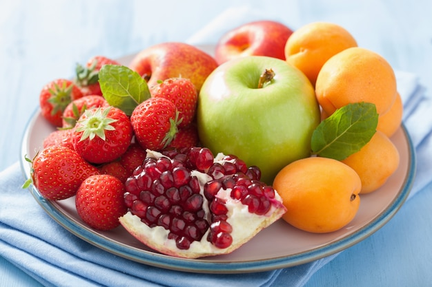 Frutas frescas e frutas. morango, maçã, romã
