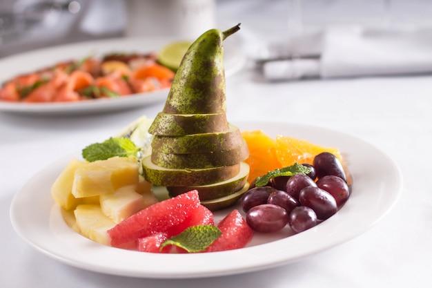 Frutas frescas e frutas na mesa do banquete