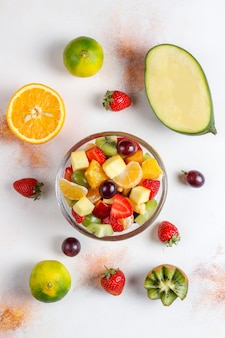 Frutas frescas e salada de baga, alimentação saudável.
