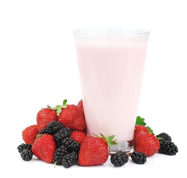 Frutas frescas e smoothies em branco
