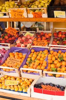 Frutas frescas e tomates no mercado