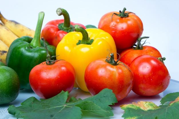 Frutas frescas e vegetais isolados no fundo branco