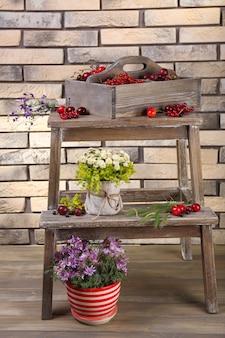 Frutas frescas em caixa de madeira, close-up