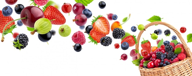 Frutas frescas em uma cesta isolada no fundo branco
