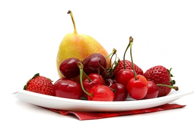 Frutas frescas isoladas no branco