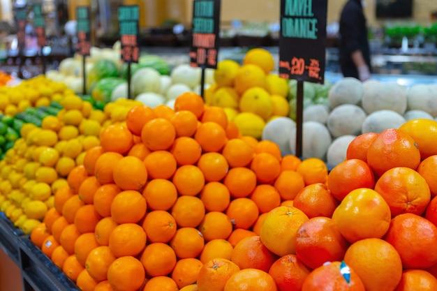 Frutas frescas, laranjas e limões na prateleira do supermercado